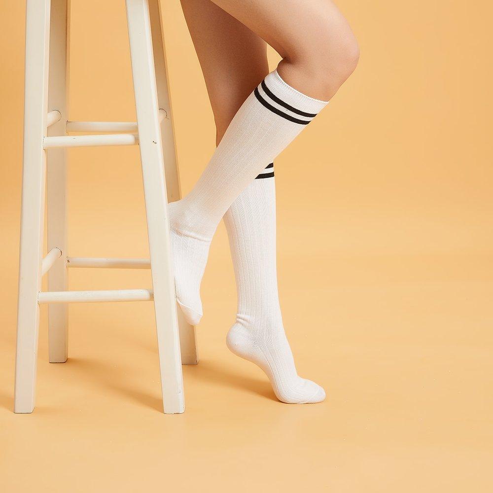 Chaussettes montantes à rayures - SHEIN - Modalova