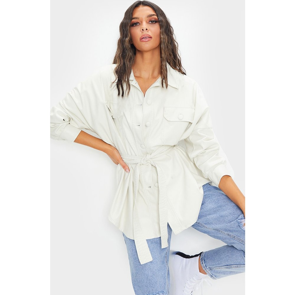 Veste style chemise longue ceinturée en similicuir à ourlet tombant - PrettyLittleThing - Modalova