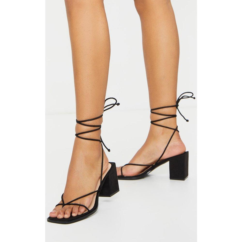 Sandales carrées style tongs à brides montantes et talons bloc - PrettyLittleThing - Modalova