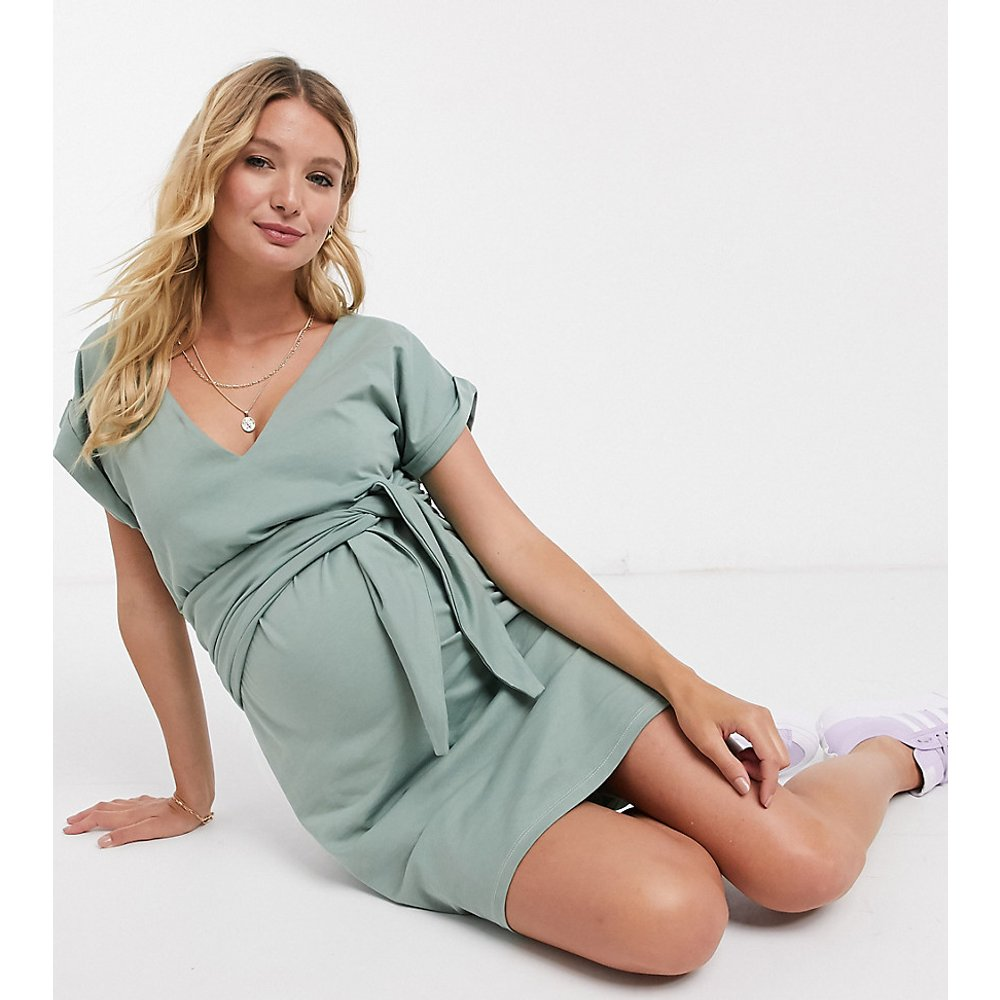 ASOS DESIGN Maternity - Exclusivité - Robe courte d'allaitement avec liens à nouer sur le devant et col en V - Sauge - ASOS Maternity - Nursing - Modalova