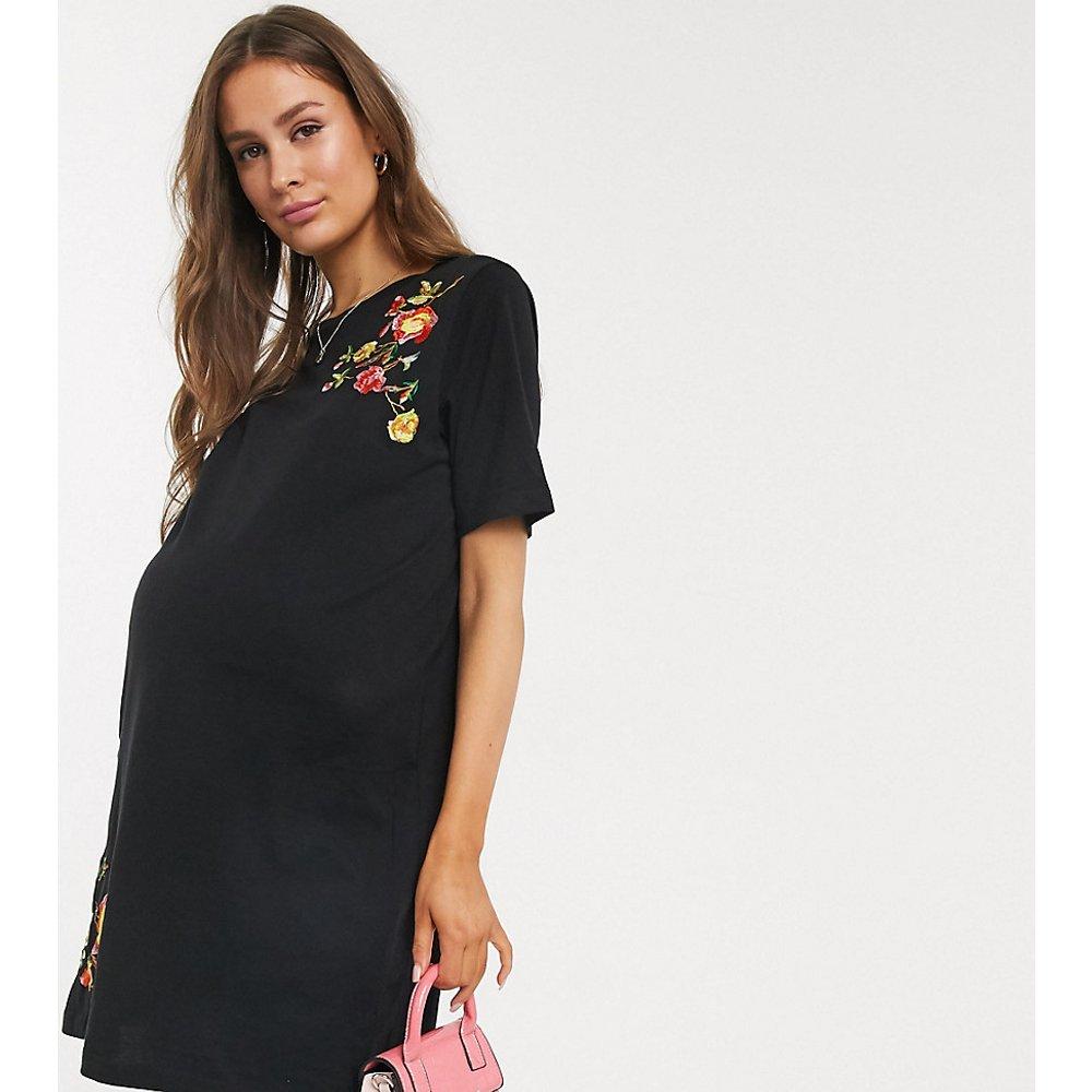 ASOS DESIGN Maternity - Robe t-shirt courte brodée - ASOS Maternity - Modalova