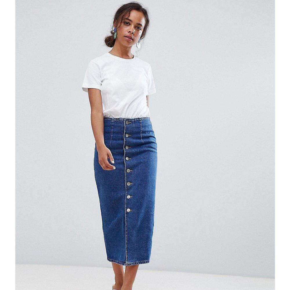 ASOS DESIGN Petite - Jupe mi-longue en jean avec boutons - délavage moyen - ASOS Petite - Modalova