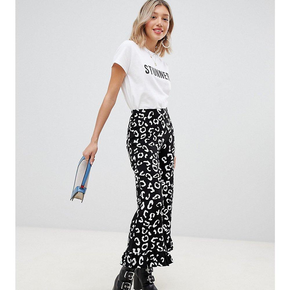 ASOS DESIGN Petite - Pantalon à ourlet évasé et à volants et imprimé animal - Noir et blanc - ASOS Petite - Modalova