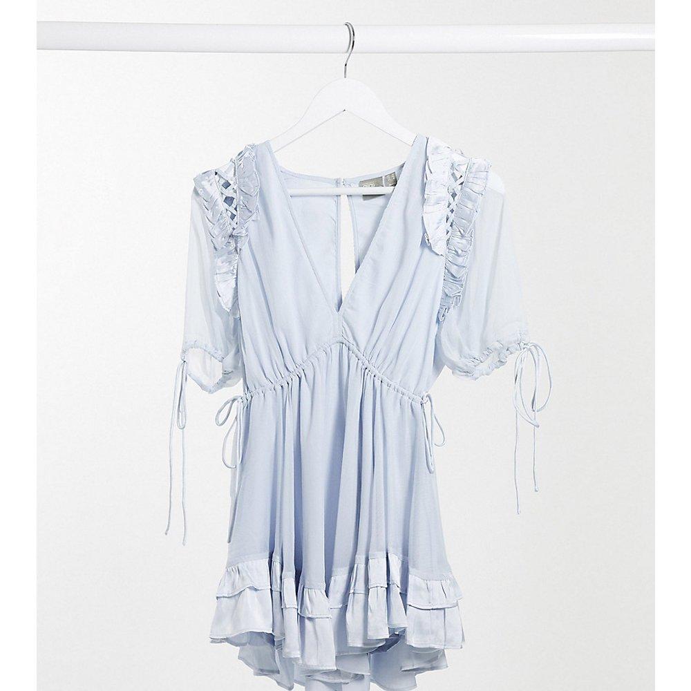 ASOS DESIGN Petite - Robe courte avec volant bordé de satin et liens à nouer - pastel - ASOS Petite - Modalova