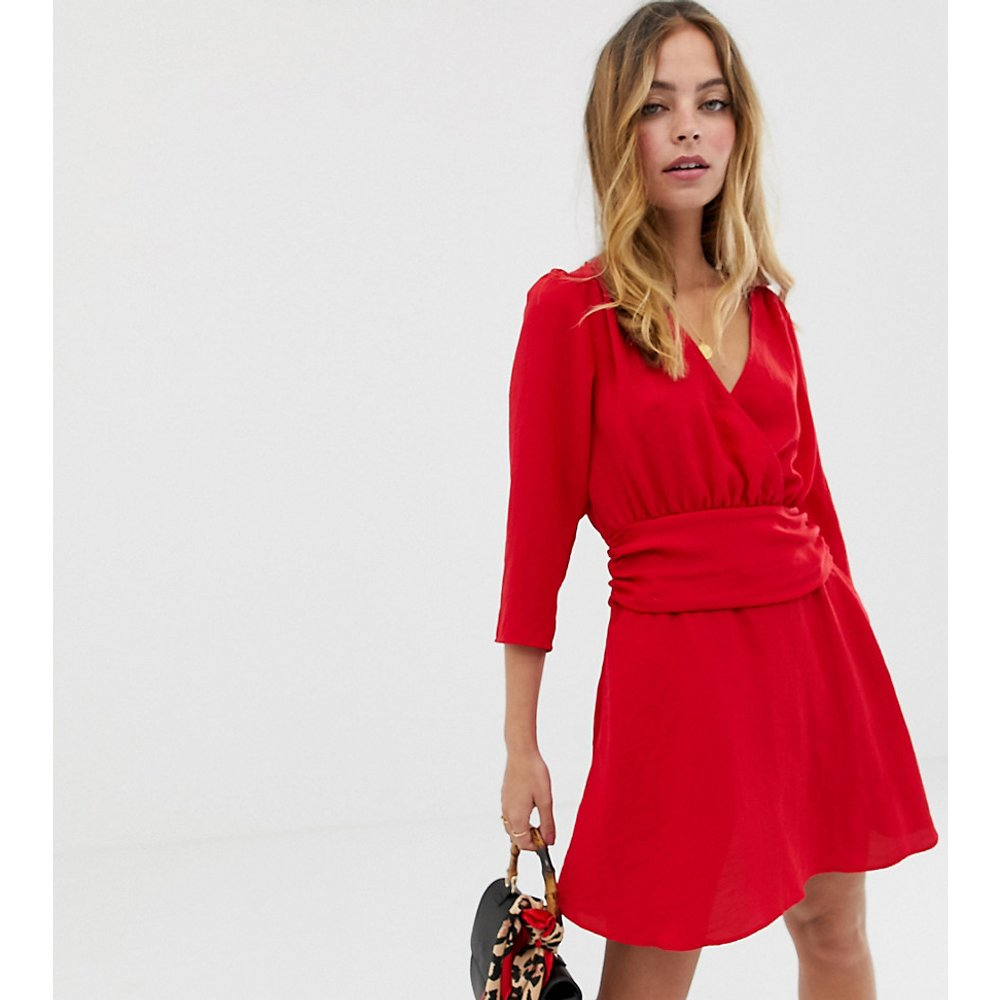 ASOS DESIGN Petite - Robe courte cache-cœur avec jupe froncée - ASOS Petite - Modalova