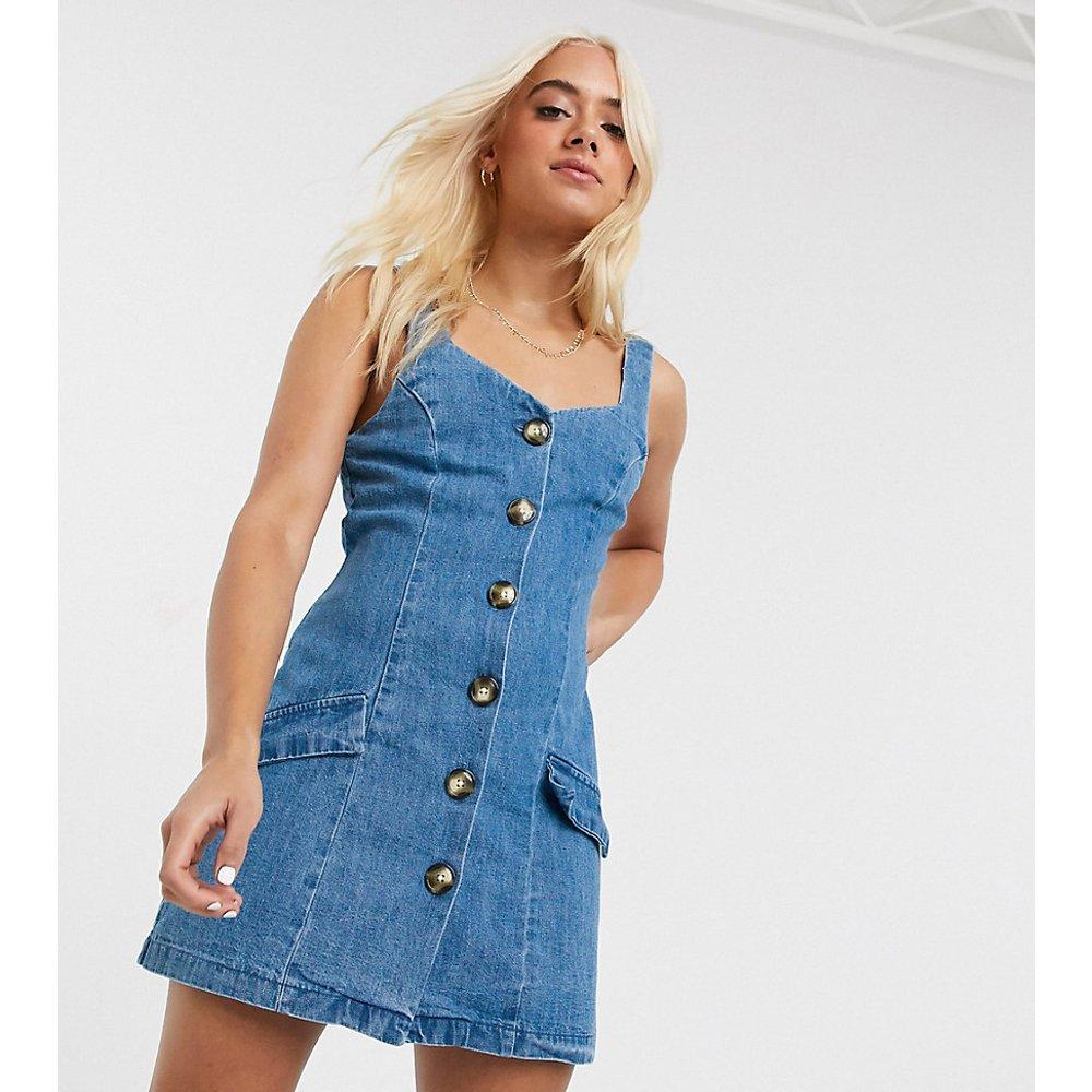 ASOS DESIGN Petite - Robe courte chasuble boutonnée en jean - ASOS Petite - Modalova