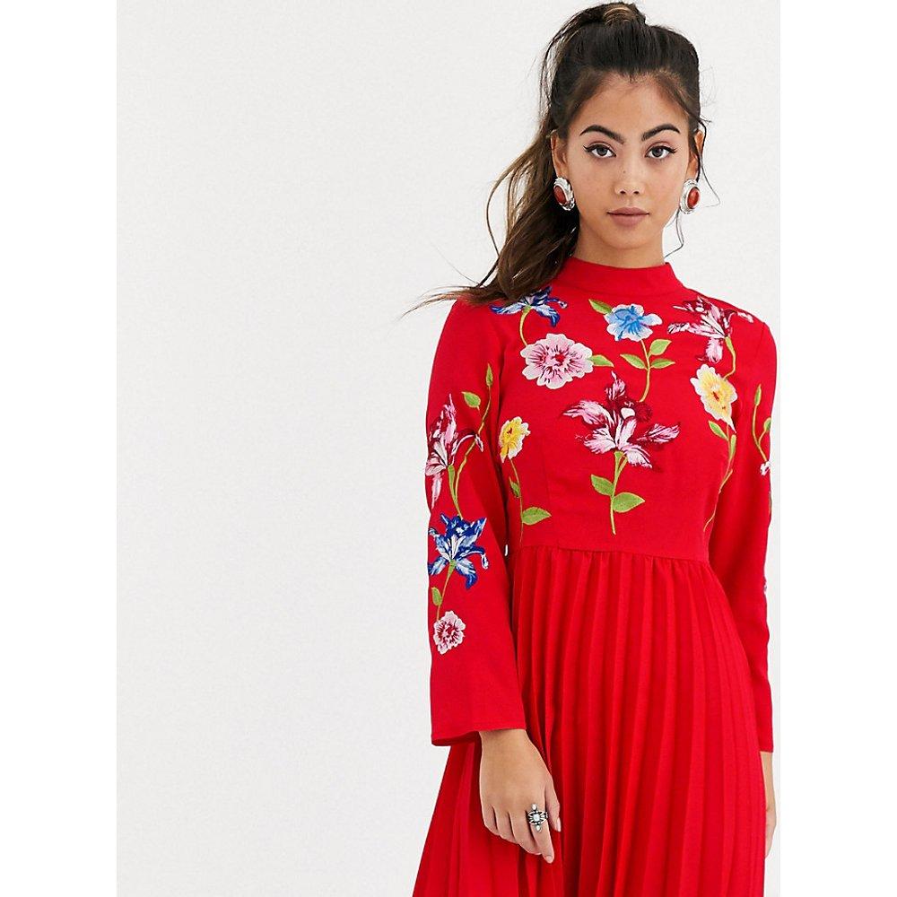 ASOS DESIGN Petite - Robe courte plissée avec motifs brodés - ASOS Petite - Modalova