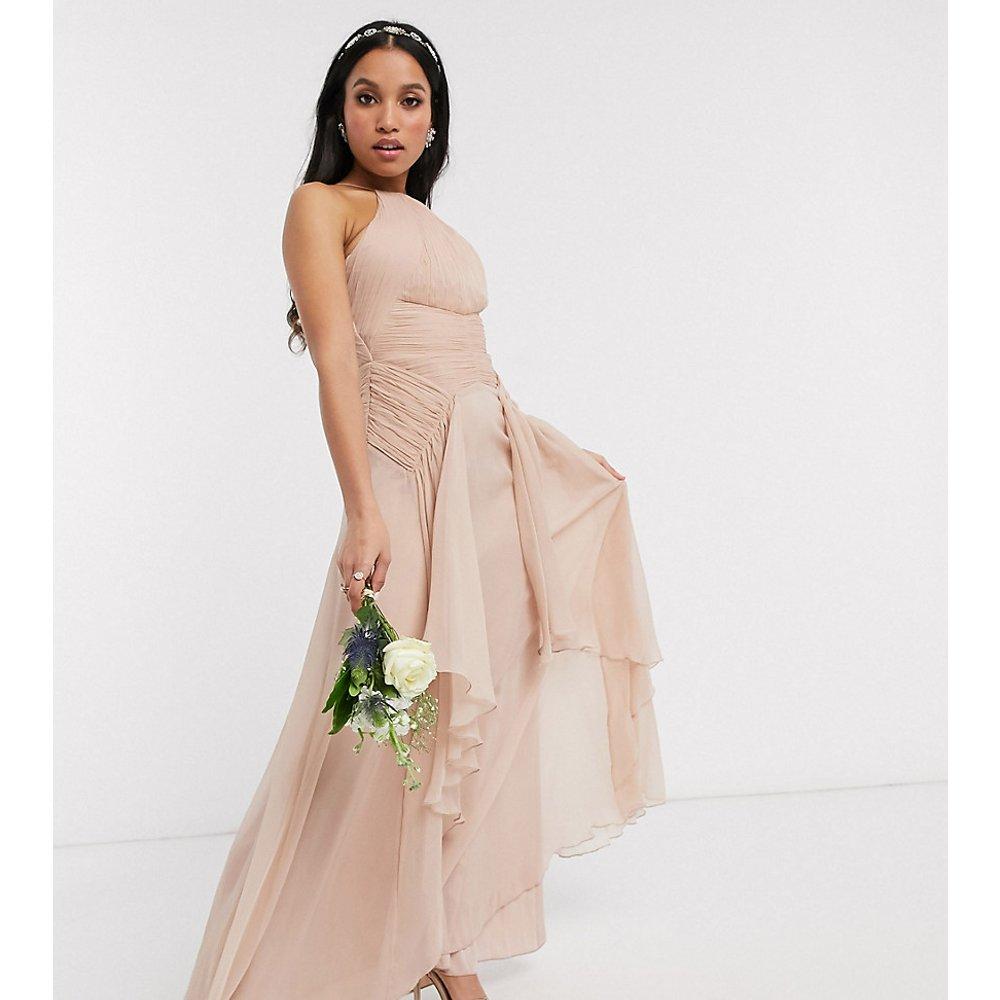 ASOS DESIGN Petite - Robe longue chasuble pour demoiselle d'honneur avec corsage froncé et jupe à volants - ASOS Petite - Modalova