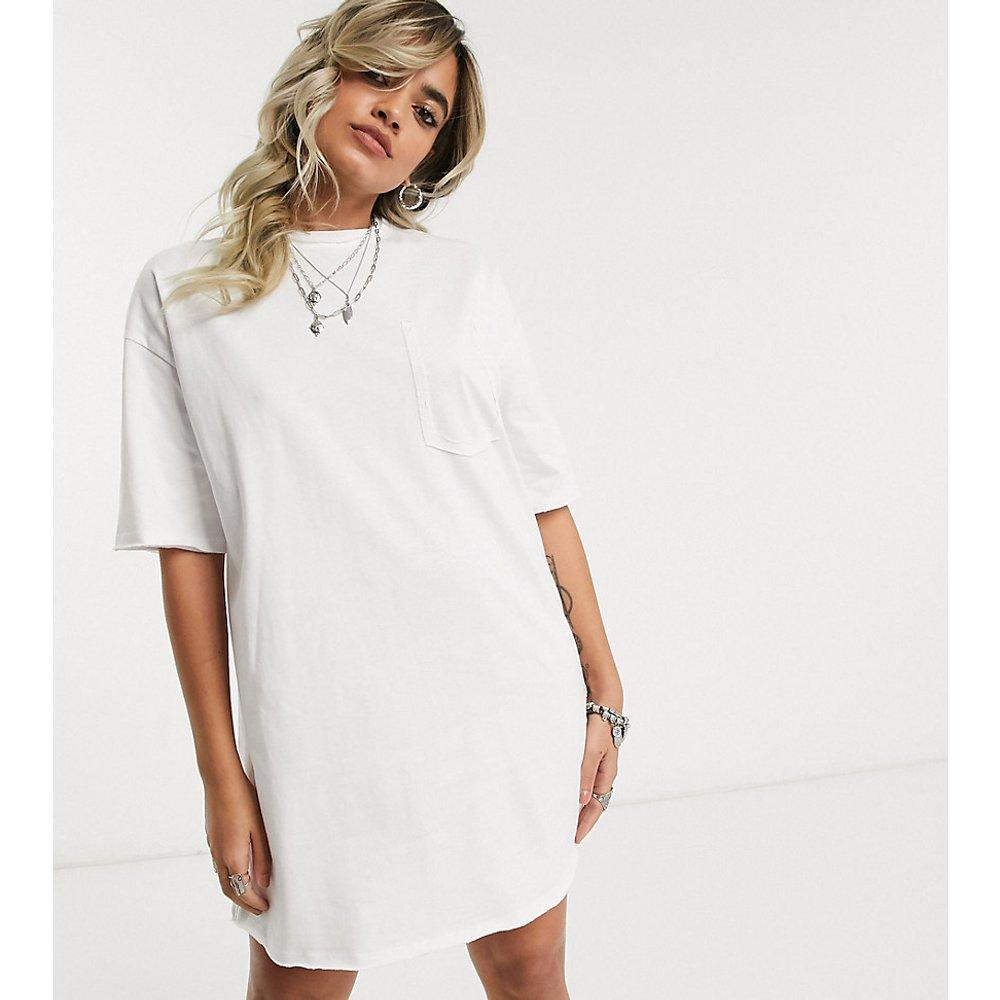 ASOS DESIGN Petite - Robe t-shirt oversize avec détail poche - ASOS Petite - Modalova