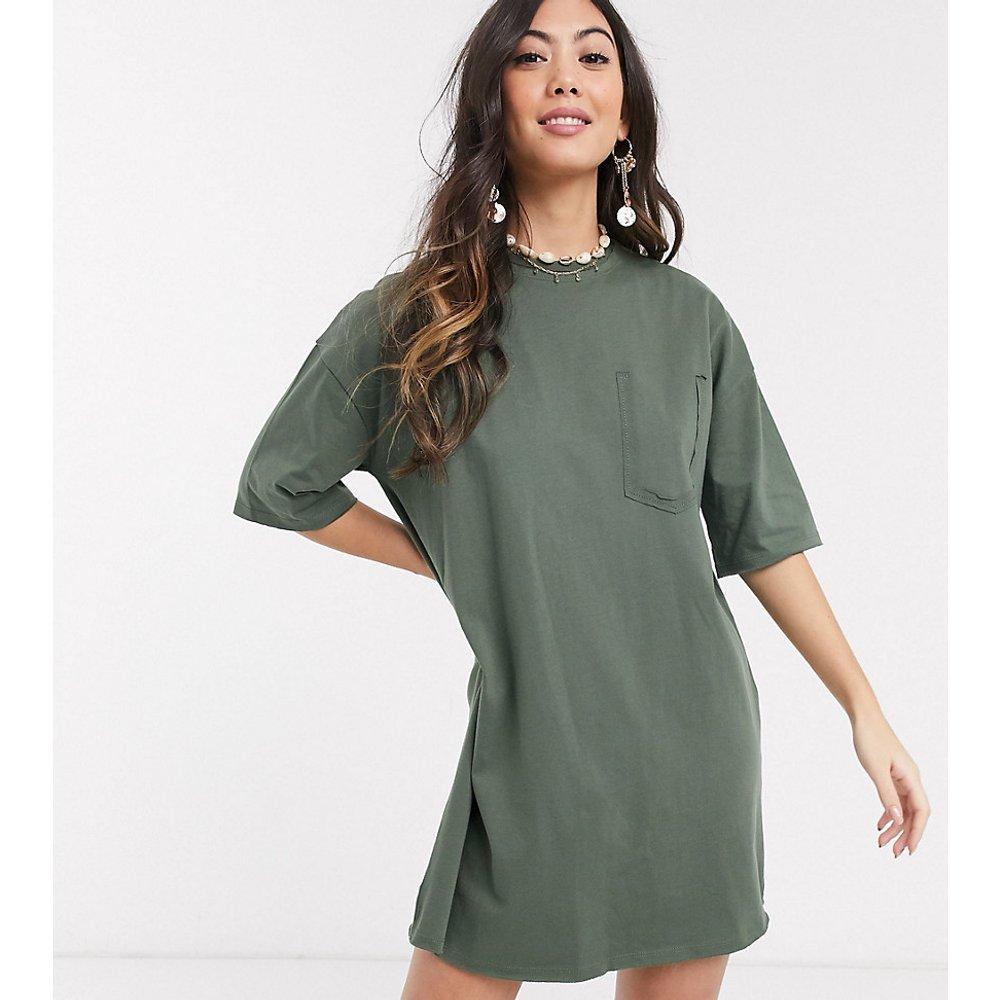 ASOS DESIGN Petite - Robe t-shirt oversize avec détail poche - Kaki - ASOS Petite - Modalova
