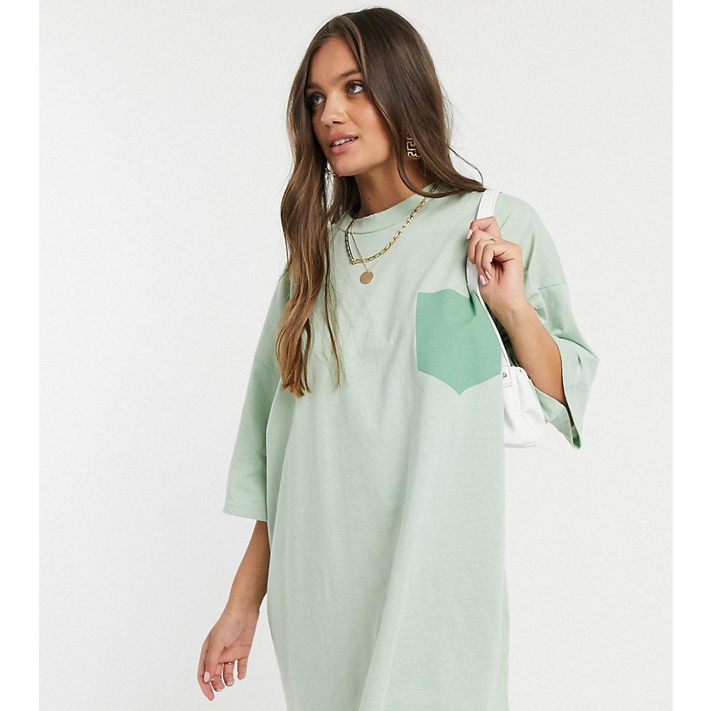 ASOS DESIGN Petite - Robe t-shirt oversize avec poche factice - Sauge - ASOS Petite - Modalova