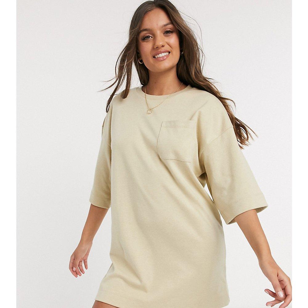 ASOS DESIGN Petite - Robe t-shirt oversize d'hiver avec poche - Avoine - ASOS Petite - Modalova