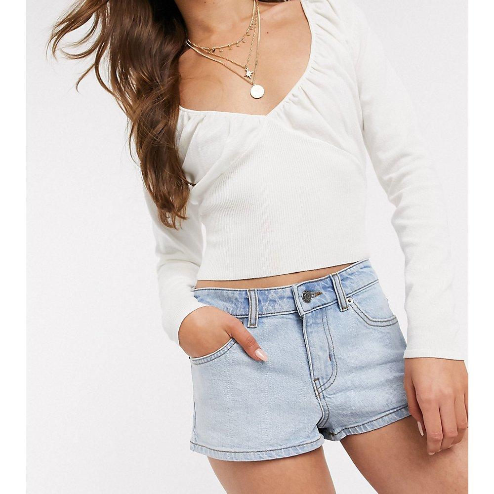 ASOS DESIGN Petite - Short court en jean taille mi-haute - ASOS Petite - Modalova
