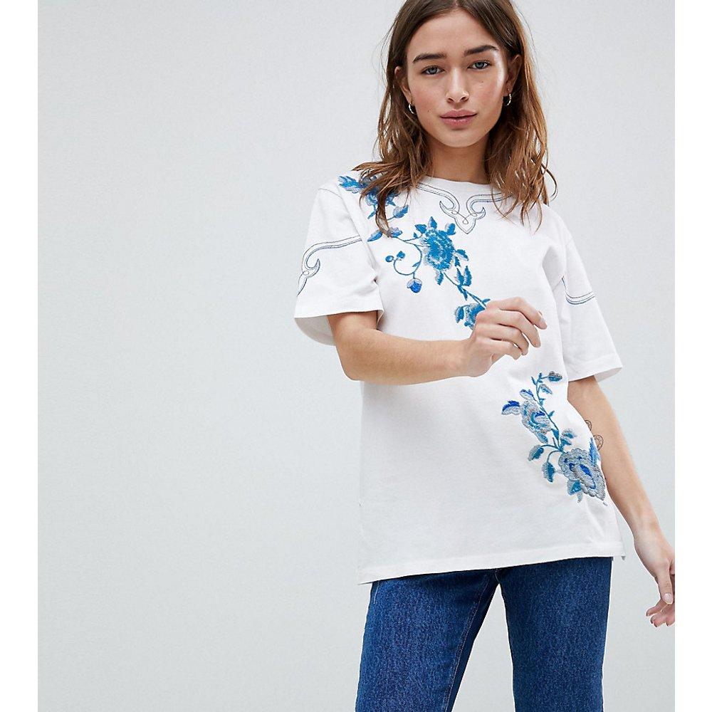ASOS DESIGN Petite - T-Shirt avec fleurs brodées - ASOS Petite - Modalova