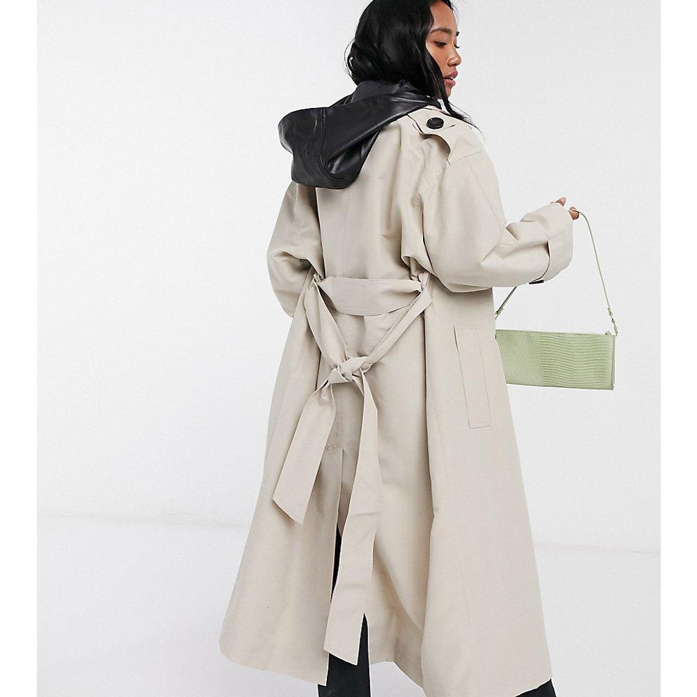 ASOS DESIGN Petite - Trench-coat avec capuche amovible en imitation cuir - Taupe - ASOS Petite - Modalova