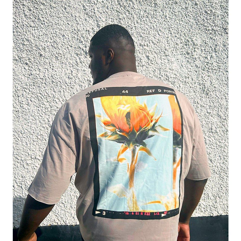 Plus - T-shirt oversizeà imprimé fleur au dos - Beige foncé - ASOS DESIGN - Modalova