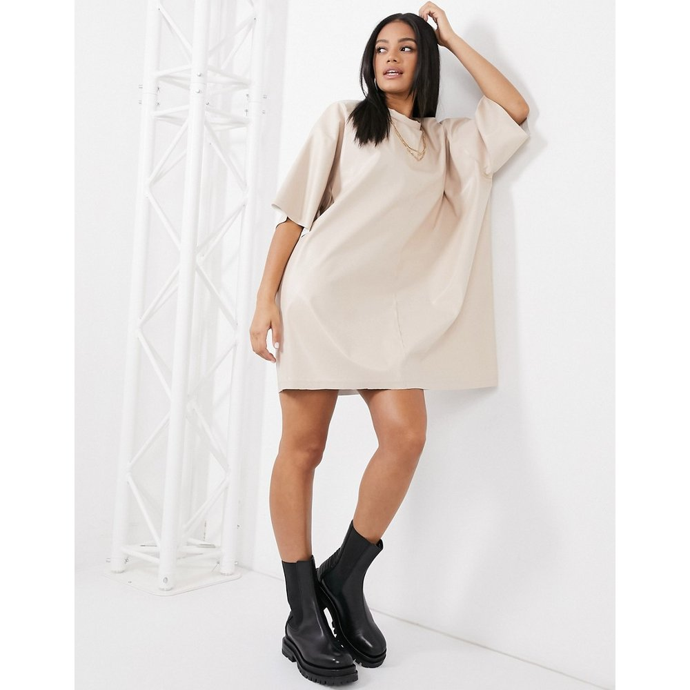 Robe t-shirt oversize aspect cuir - Crème - ASOS DESIGN - Modalova