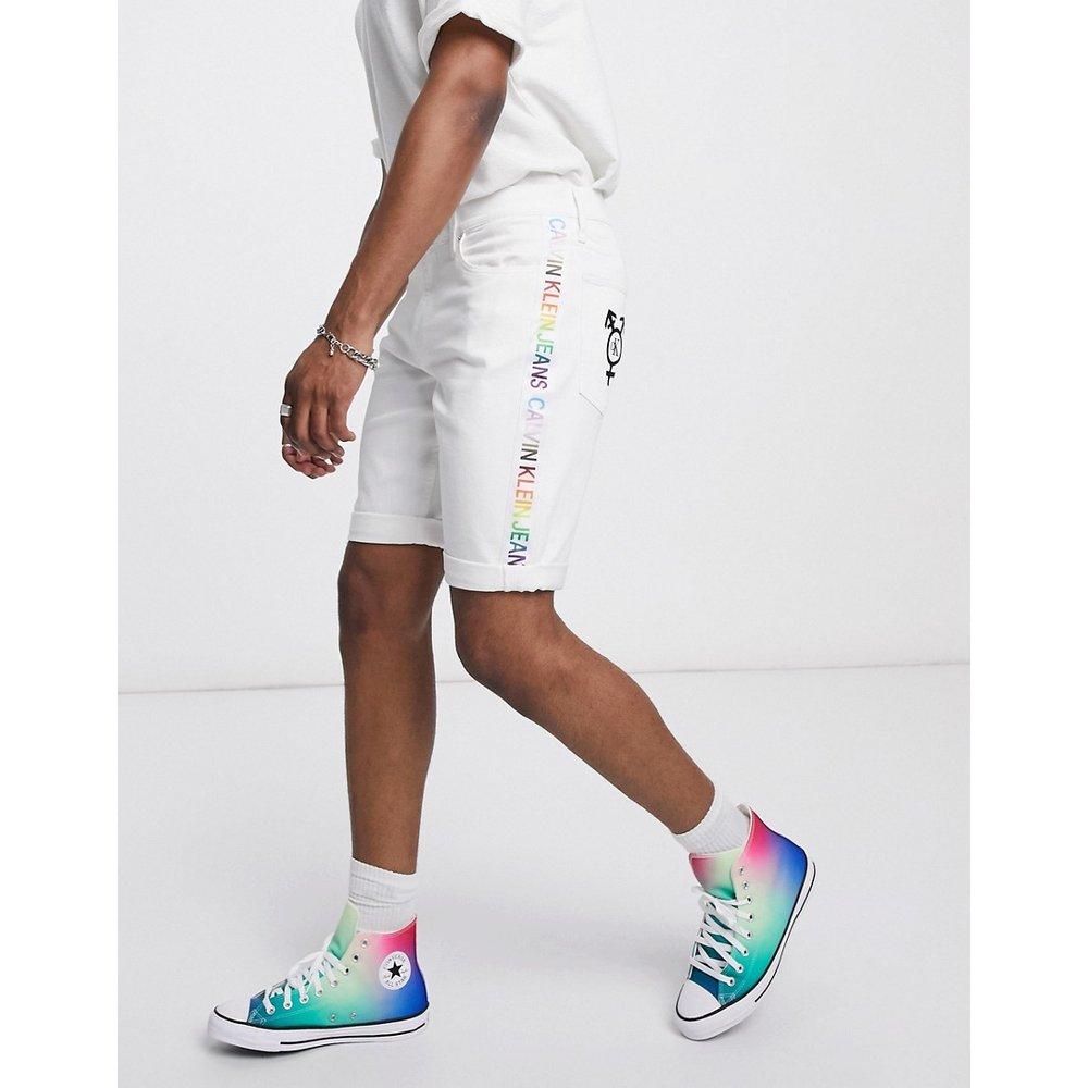 Pride - Short en jean coupe slim avec bande arc-en-ciel - Calvin Klein Jeans - Modalova