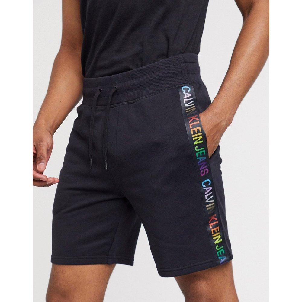 Pride - Short en molleton à bandes logo arc-en-ciel - Calvin Klein Jeans - Modalova