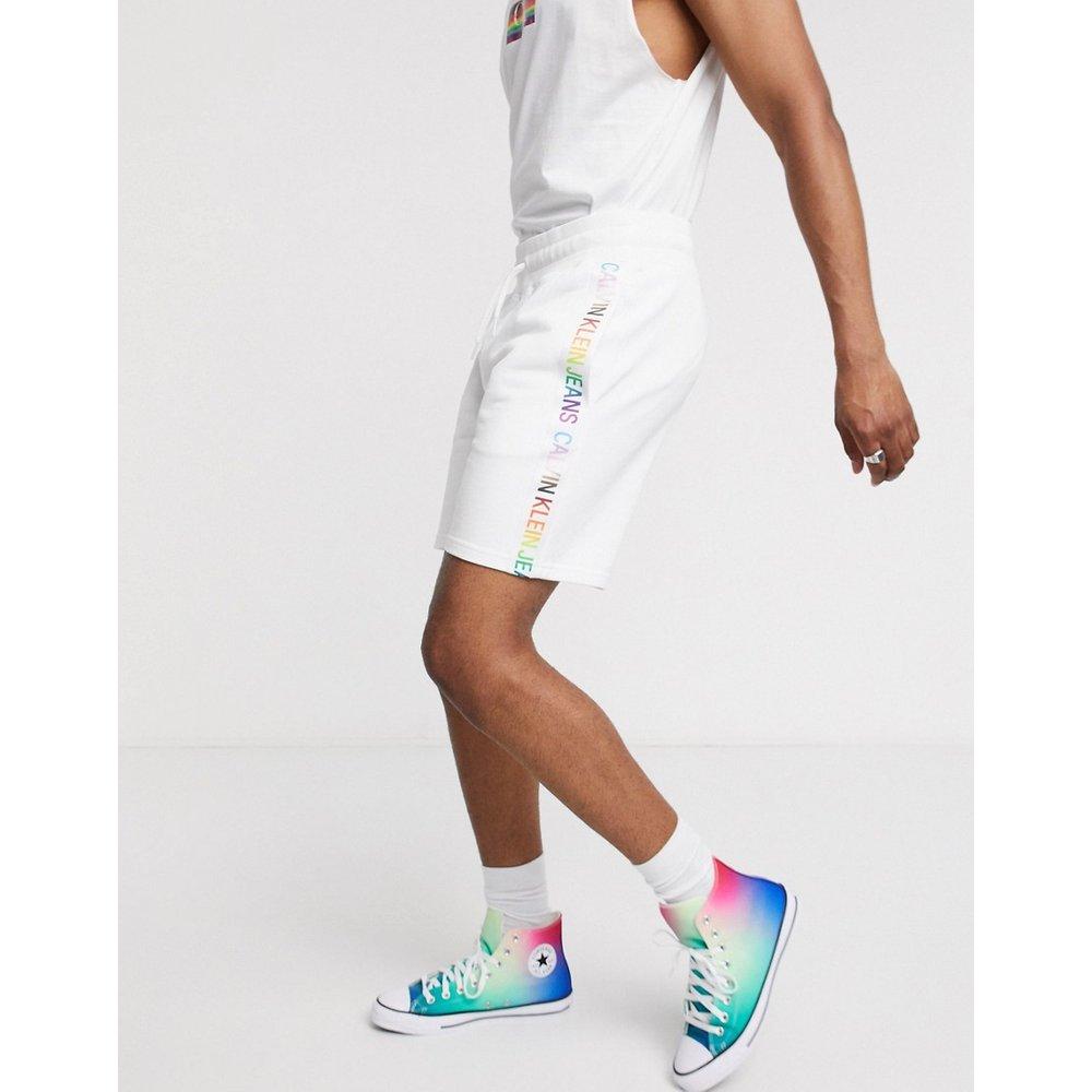 Pride - Short molletonné avec bande arc-en-ciel - Calvin Klein Jeans - Modalova