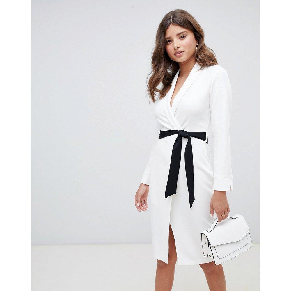 Robe fourreau coupe portefeuille avec ceinture contrastante - Ivoire - closet london - Modalova