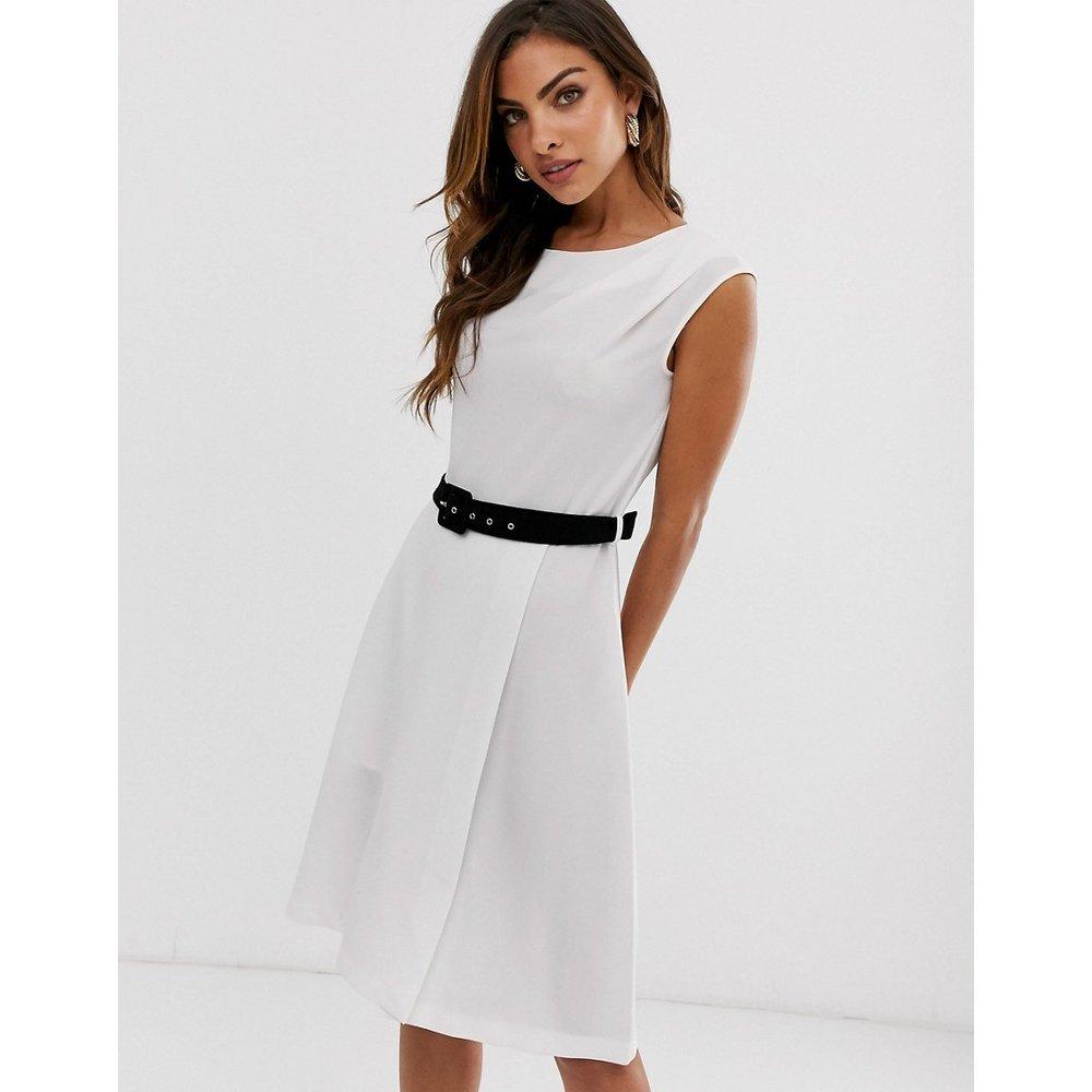 Robe fourreau courte avec ceinture contrastante - closet london - Modalova