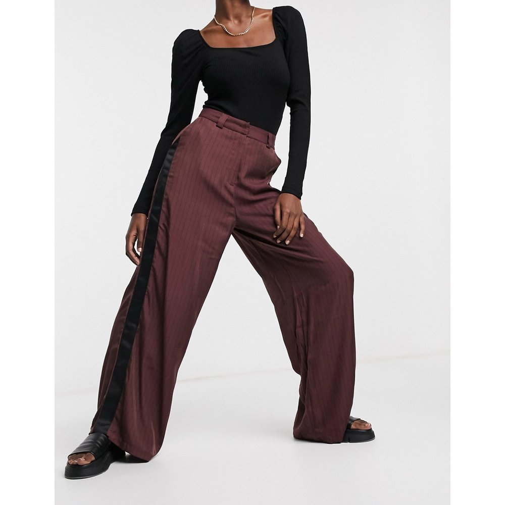 Pantalon large à rayures avec empiècement satiné contrastant - Bordeaux - Native Youth - Modalova