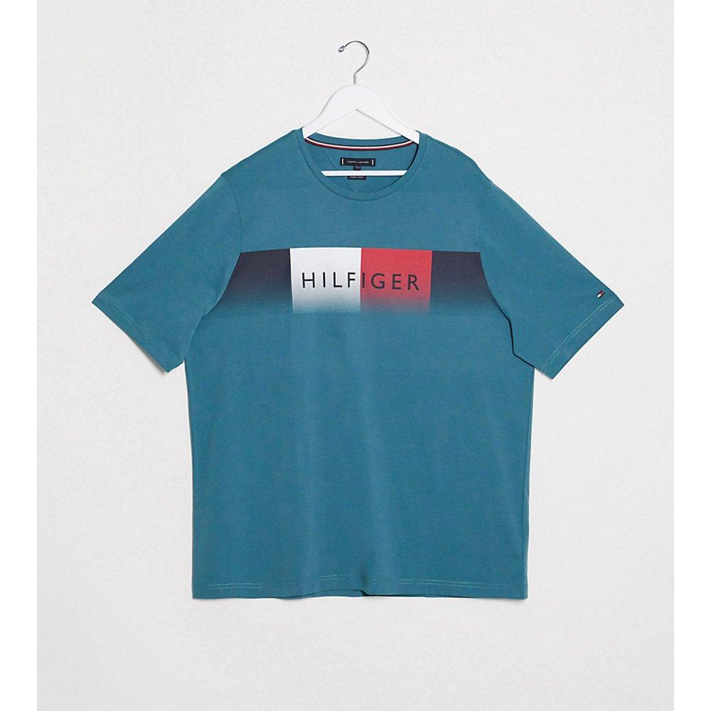 Big and Tall - T-shirt à logo délavé sur la poitrine - Tommy Hilfiger - Modalova