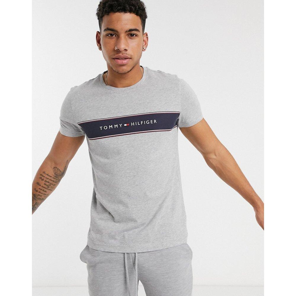 T-shirt rayé avec empiècement à logo sur la poitrine - clair - Tommy Hilfiger - Modalova