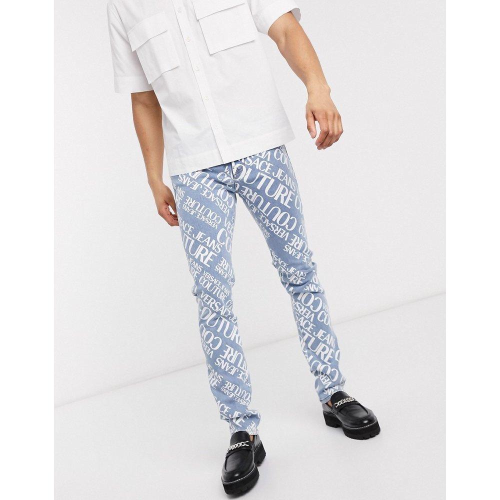 Jean slim délavé avec logo sur l'ensemble - Versace Jeans Couture - Modalova