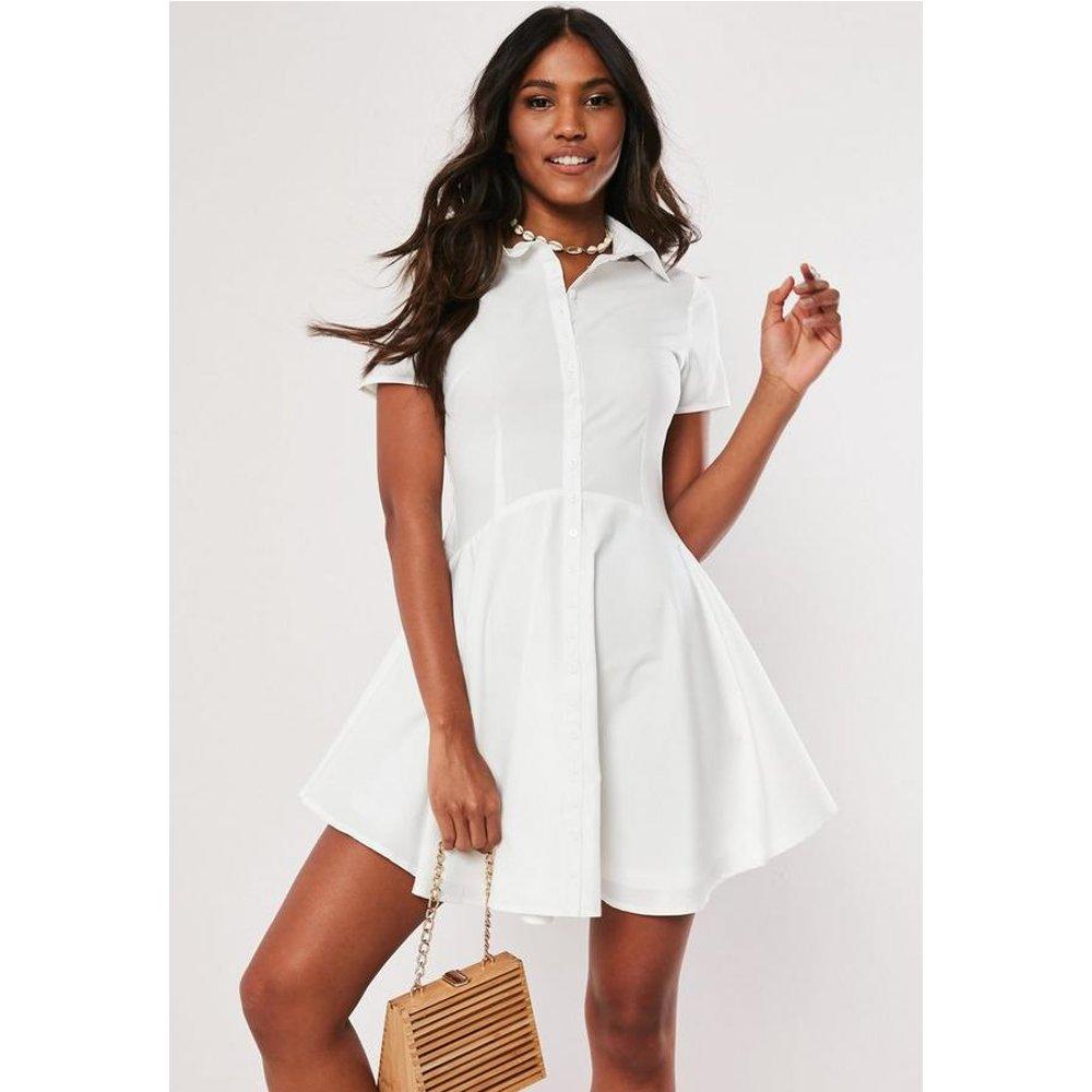 Robe chemise patineuse blanche boutonnée - Missguided - Modalova