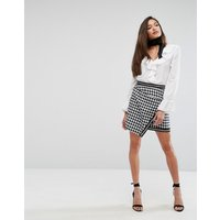 Minifalda cruzada con diseño de pata de gallo de PrettyLittleThing