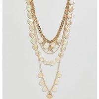 Collar con múltiples hileras y charms de concha y perlas en dorado exclusivo de ASOS DESIGN Curve