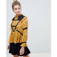 Blusa de cuello subido estilo victoriano con diseño de florecitas y detalle de croché de ASOS