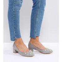 Zapatos de tacón medio con detalle de perla gris y corte ancho Anna de Lost Ink