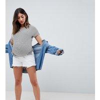 Shorts vaqueros de talle medio con bajo sin rematar en blanco de ASOS DESIGN Maternity Tall