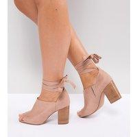 Zapatos de tacón de corte ancho con diseño anudado a la pierna OMEN de ASOS
