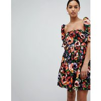 Vestido de manga corta con estampado floral estilo años 50 de Club L