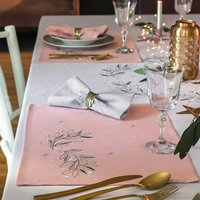 Pour la Table. Fond roseMotifs brodésFinition ourlets piquésPrix tarif unitaire set de table : 12€ 100% polyester Lavage à 30°