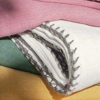 Pour la Table. Effet lin et finition point de cheval contrasté 52% polyester, 48% coton Lavage à 40°