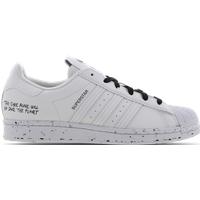 De nieuwste trends bij foot locker   altijd up to date met trendy schoenen, kleding en accessoires.