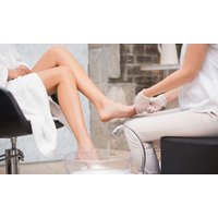 45 Min. medizinische Fußpflege, optional mit Fußreflexzonen-Massage bei DermaGlow by Sera's Cut (bis zu 37% sparen*)