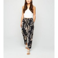 Petite Black Tropical Leaf Print Joggers New Look