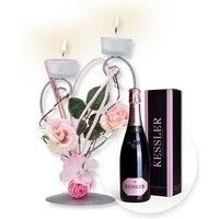 Teelichthalter mit rosafarbener Blumen-Deko und Kessler Rose Sekt