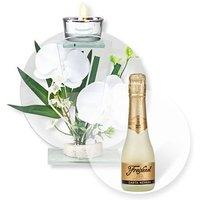 Glas-Windlicht mit weißer Orchideen-Deko und Freixenet Semi Seco
