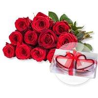 12 rote Fairtrade-Rosen und Herzkerzen in Geschenkpackung