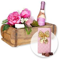 Rosa Deko-Gruß in rustikaler Holzschatulle mit Kirschblüten-Secco und Belgische Pralinen-Auslese