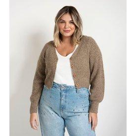 cardigan curto tricô com botões amadeirados curve  plus size