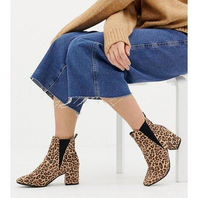 NEW LOOK New Look - Chelsea-Stiefel mit Blockabsätzen und Leopardenfellmuster in weiter Passform - Steingrau