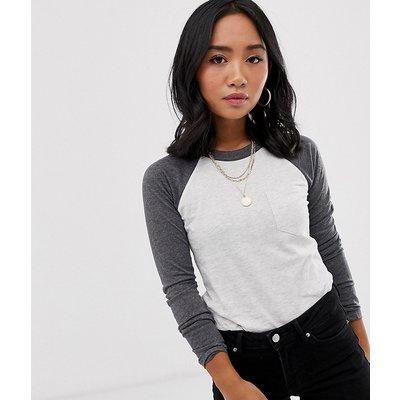Brave Soul Petite – Raglan-T-Shirt mit Kontrastärmeln-Grau